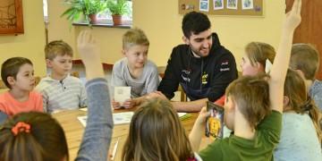 Marcin Janusz czyta dzieciom
