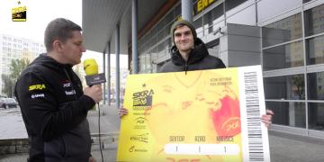 Reporter Kaziu i przypadkowy przechodzień przed halą Energia